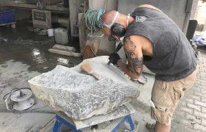 Details am Stein werden fein herausgearbeitet
