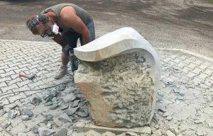Elegante Form der Steinskulptur