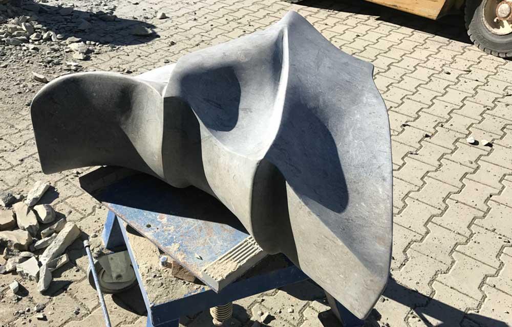 Flosse Skulptur Naturstein