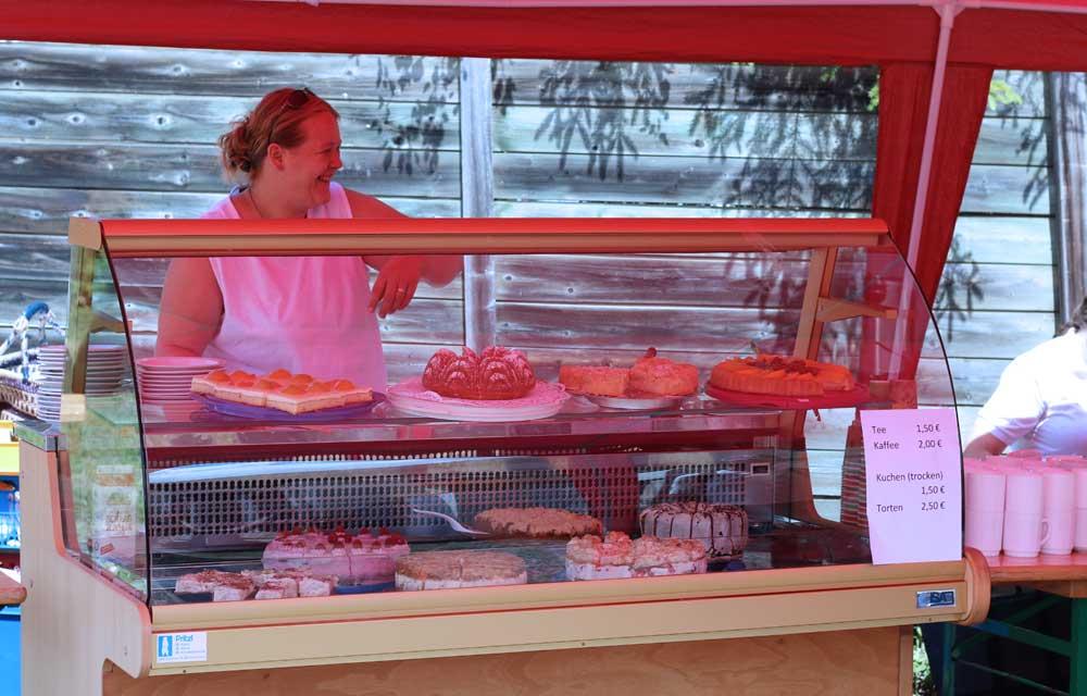 Kuchenverkauf am Steinbildhauersymposium in Bad Bayersoien