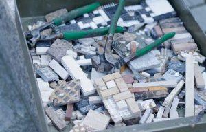 Christina Dichtl macht das Mosaik für unsere Seeschlange