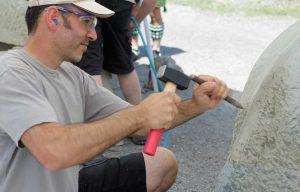Bildhauer Scuderi mit dem Spitzeisen
