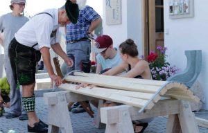 Besucher vom Steinbildhauersympoisum legt mit Hand an