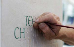 Schrift ausmalen auf Naturstein