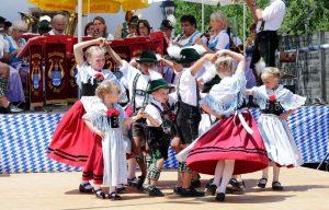 Kinder in Tracht beim Tanzen