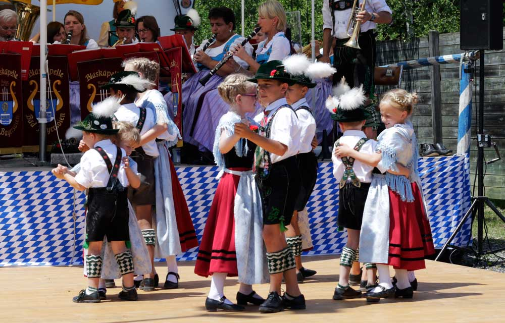 Kindertanz und Blaskapelle in bayrischer Tracht