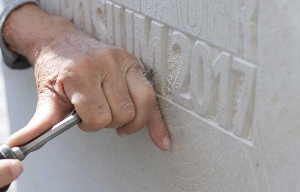 Spezialschrift in Stein gehauen
