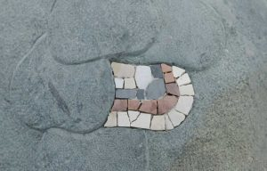 die Seeschlange bekommt Schuppen aus Mosaik