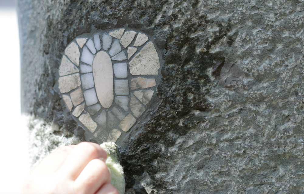 Verfugen des Mosaiks