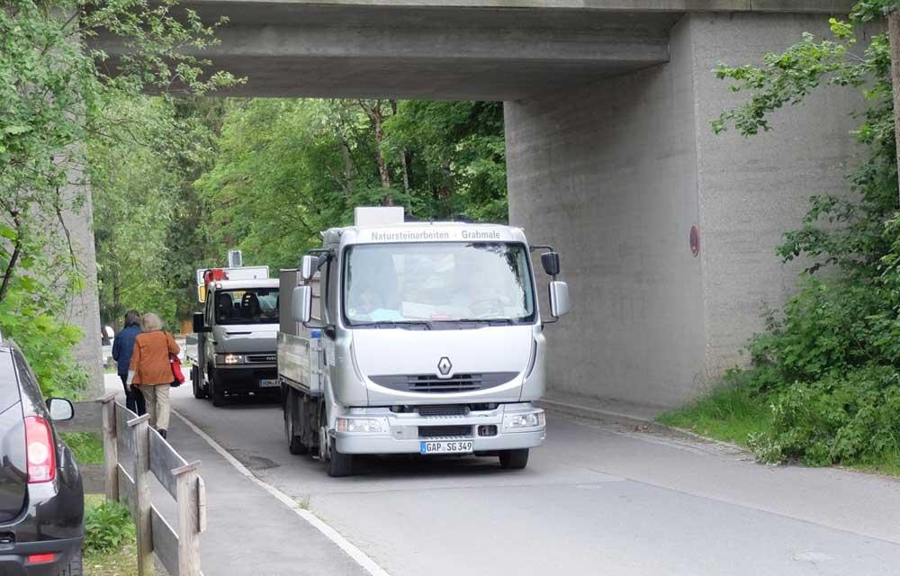 Zwei LKWs werden gebraucht um die Seeschlange zu transportieren