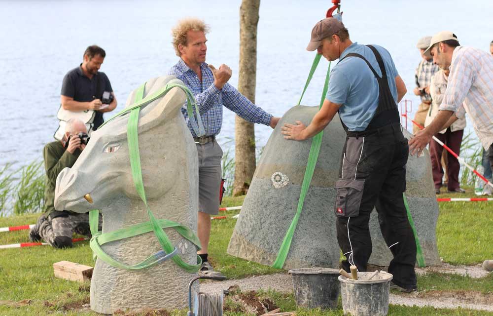 Steinmetze arbeiten mit Handzeichen wegen des Maschinenlärms